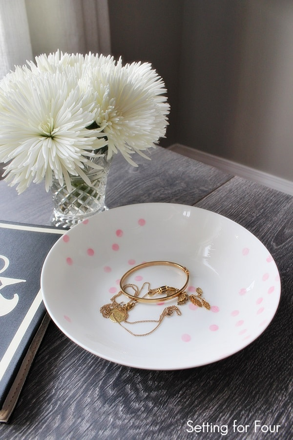 Looking for a way to organize your jewelry, keys and sunglasses? Make this easy, fun Confetti Pattern Painted Bowl DIY project. Gorgeous way to decorate your coffee table or nightstand.
