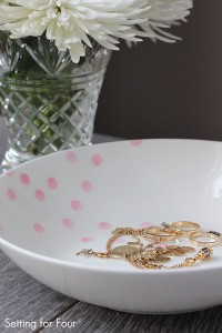 I LOVE this QUICK AND EASY Kate Spade hack! Organize your jewelry in STYLE! Learn how to make this pretty Painted Confetti Pattern Bowl in just minutes with a secret trick to make this confetti pattern. This beautiful hand painted bowl is a gorgeous way to organize your home - store keys, jewelry, odds and ends! A fabulous gift to make and give.
