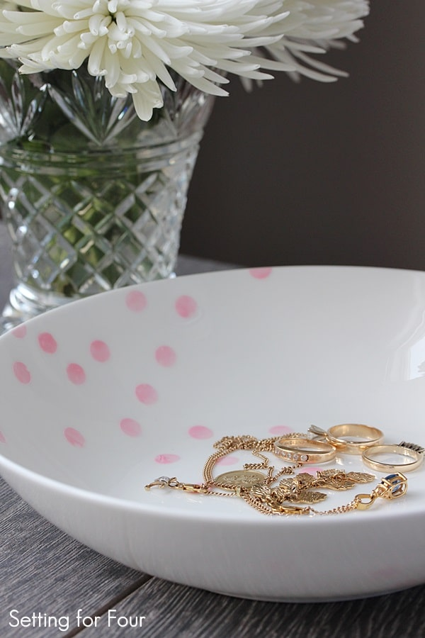 Pretty DIY organization and storage for your keys, sunglasses and jewelry! DIY Painted Confetti Pattern Bowl - Kate Spade hack!