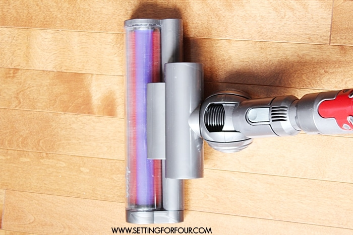 6 helpful tips to get your home really clean for guests with Dyson Cinetic vacuum cleaner! Ditch your old vacuum for thisefficient, sleek and powerful vacuum! www.setttingforfour.com