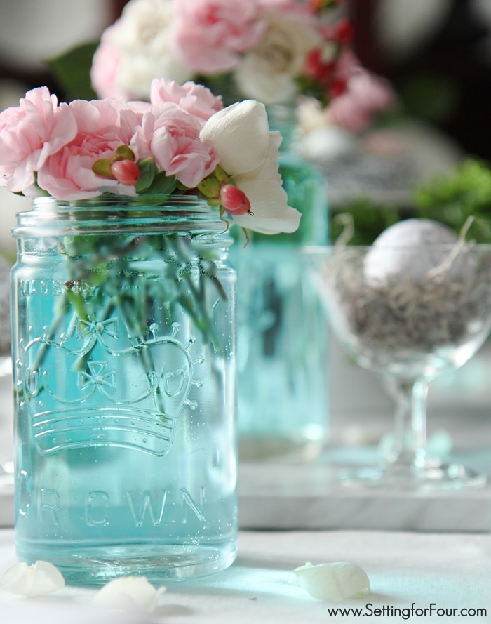 The easiest way to tint mason jars blue and Spring mason jar decorating ideas.