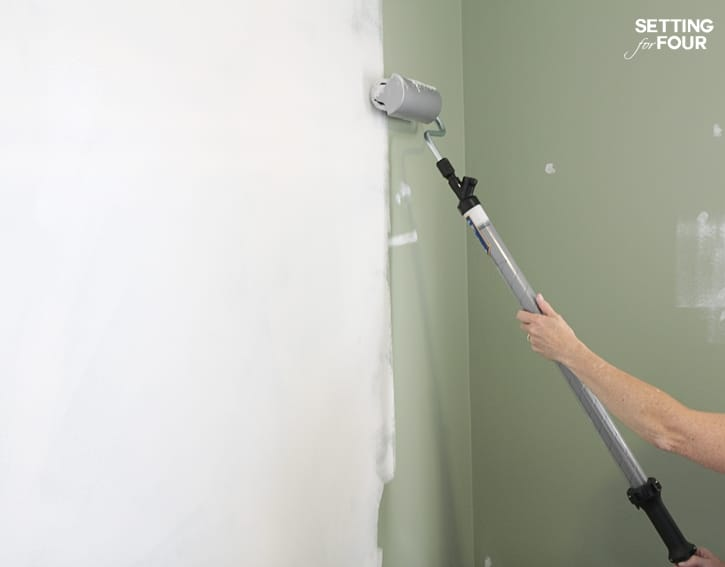 Love this helpful Painting tip! How to paint walls with less mess! www.settingforfour.com