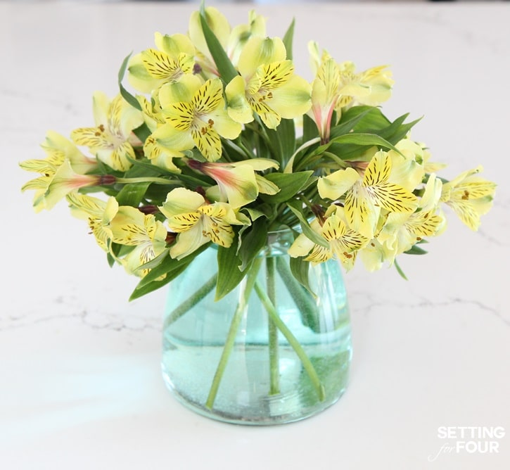 See this inexpensive floral centerpiece using grocery store flowers and a thrift store vase! Stunning way to decorate your home and what gorgeous centerpieces this would make at weddings, showers and parties!
