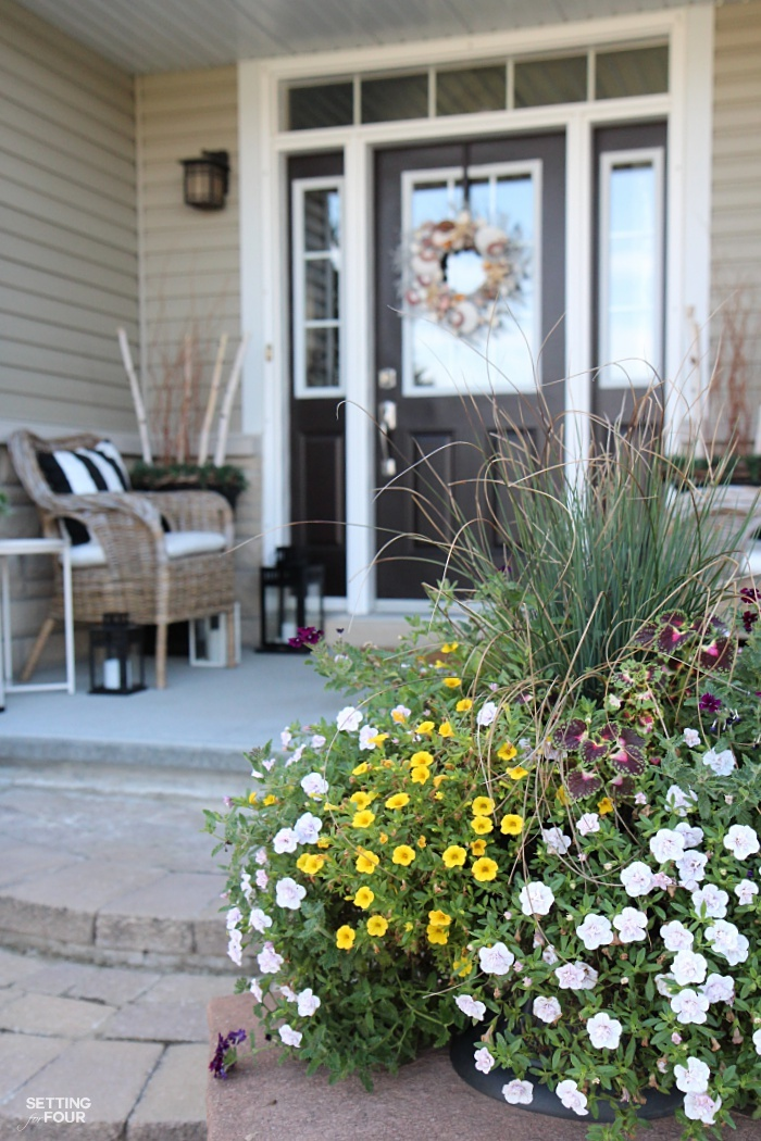 Increase your home's curb appeal with these design and porch decor ideas that will add value and beauty to your home! Stunning ideas for flower garden beds, porch decor and door color.