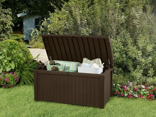 How to Organize your home and outdoor space! See this outdoor storage bench which is the perfect place to store outdoor candles, cushions, blankets and more!