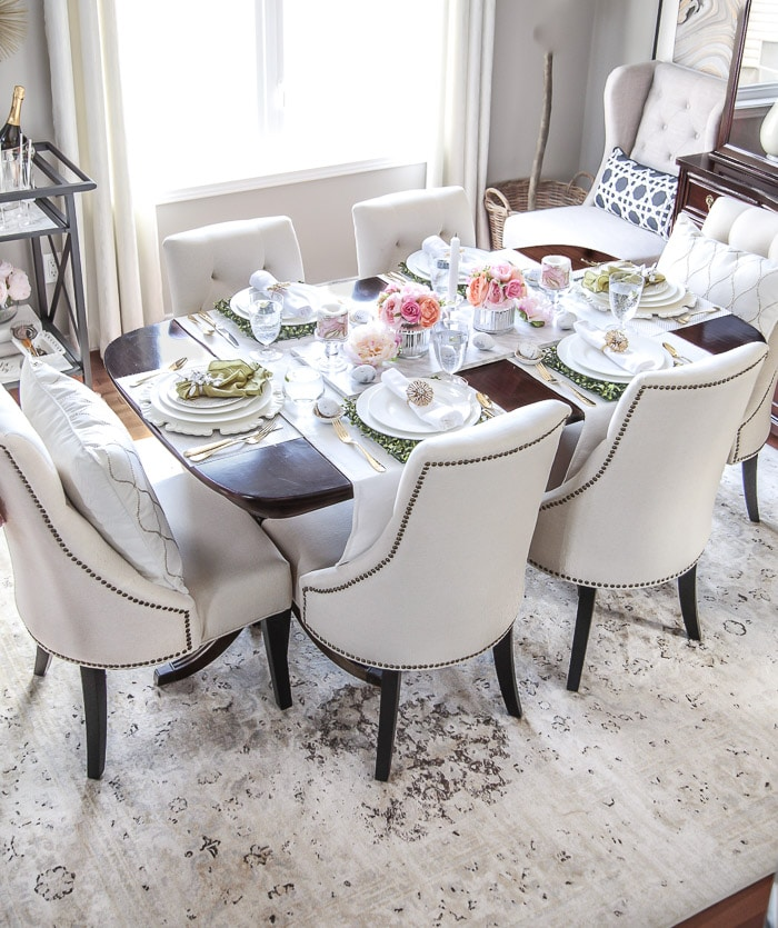 Easter dining table decor ideas #tablescape #tabletop #tablesetting #decor #decorideas #arearug #diningroom #easter #spring #entertaining