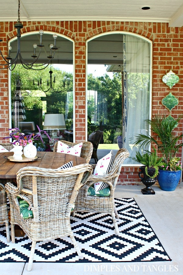 See 30 Gorgeous Summer Home Tours including this one & Summer Decor Ideas! You'll find lots of fun summer decorating inspiration for your home, indoors and outdoors. Go through all the tours and make a list of what you'd like to add to your home to-decorate wish list! #summer #decor #decorideas #hometour #interiordesign #homedecor
