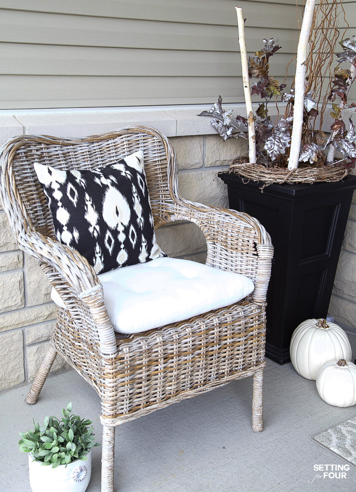 Simple Fall Porch Decorating Ideas With Big Impact! #pillow #seating #simple #fall #porch #decor #pumpkins #leaves