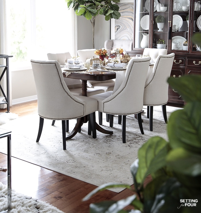 Beautiful dining room furniture and decor ideas for Thanksgiving. #thanksgiving #furniture #diningroom #placesetting #tabletop #decorating