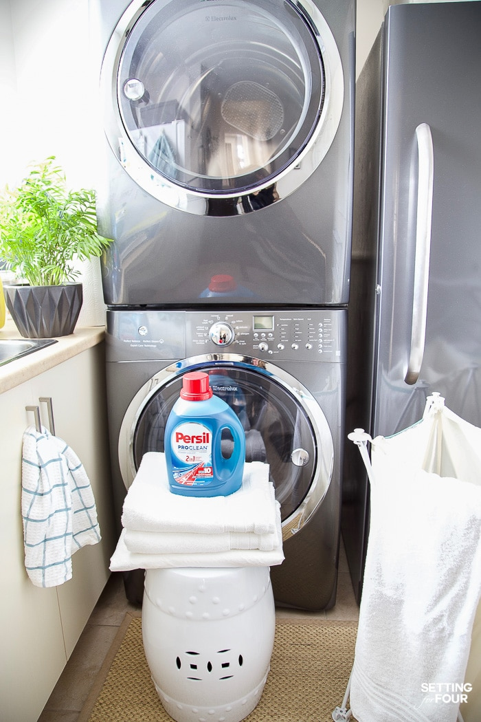 How to clean guest room bedding and towels. Stain fighting laundry detergent #ad #laundryroom #stains #laundry #detergent #guestroom #PersilLaundry