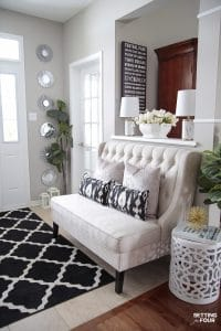 5 simple Spring entryway decor ideas. Pillows, flower arrangements and greenery. #spring #entryway #foyer #design #pillows #tulips