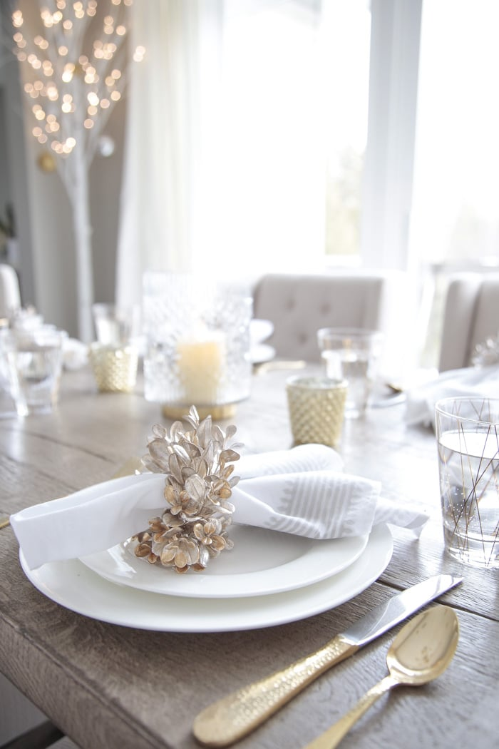 Gold and white Christmas table setting decor ideas.